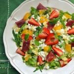 Sałatka z serkiem wiejskim, owocami i długo dojrzewającą szynką wołową