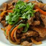 Wołowina słodko-ostra z warzywami i świeżą bazylią