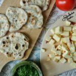 Podpłomyki z dojrzewającym serem z Wiżajn i pietruszkowym pesto