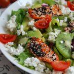 Sałatka z pstrągiem łososiowym, zielonymi owocami i twarożkiem wędzonym