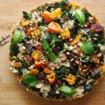 Ziołowa tarta gryczana z jarmużem i kolorowymi warzywami – idealna przekąska