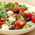 Sałatka z truskawkami, nektarynką, suszoną śliwką i mini mozzarellą