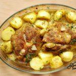 Pieczona szynka wieprzowa marynowana w musztardzie, z młodymi ziemniaczkami i młodą kapustką w pomidorach