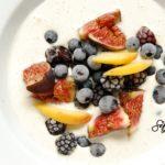 Dietetyczny deser, czyli mrożony jogurt z bananem i ulubionymi owocami