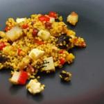 Kasza jęczmienna perłowa z serem podpuszczkowym, pieczoną papryką, suszoną śliwką i prażonymi orzechami