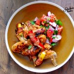 Skrzydełka słodko-ostre z nadziewanymi papryczkami jalapeno i świeżą sałatką
