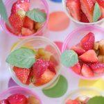 Lekki deser cytrynowo-limonkowy z karmelizowanym rabarbarem i świeżymi truskawkami
