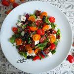 Sałatka z fetą, pomidorami i dresingiem musztardowo-miodowym