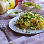 Sałatka ziemniaczana z porem, szczypiorkiem i majonezem pietruszkowym