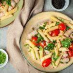 Smażone kiełbaski delikatesowe rusztowe z makaronem i warzywami