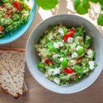 Zielona sałatka z komosą ryżową, serem feta i warzywami