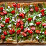 Szparagi zapiekane na cieście francuskim otulone pietruszkowym pesto, serem feta i warzywami